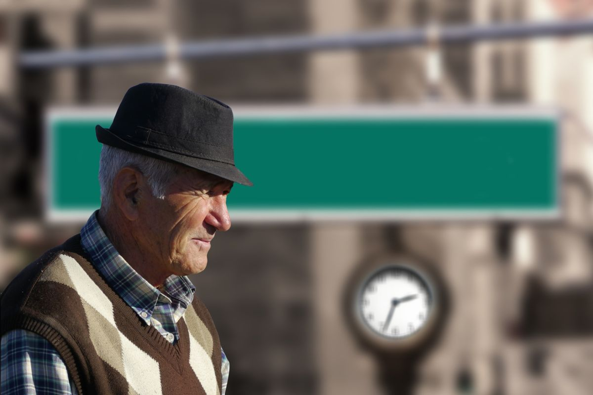 Las personas adultas mayores podrían recibir su tercer cheque de estímulo en los próximos días.