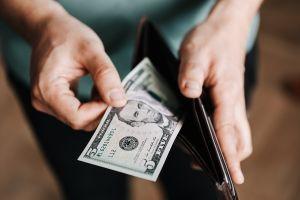 Cómo sobrevivir financieramente si ganas el salario mínimo, alrededor de $15,000 dólares al año