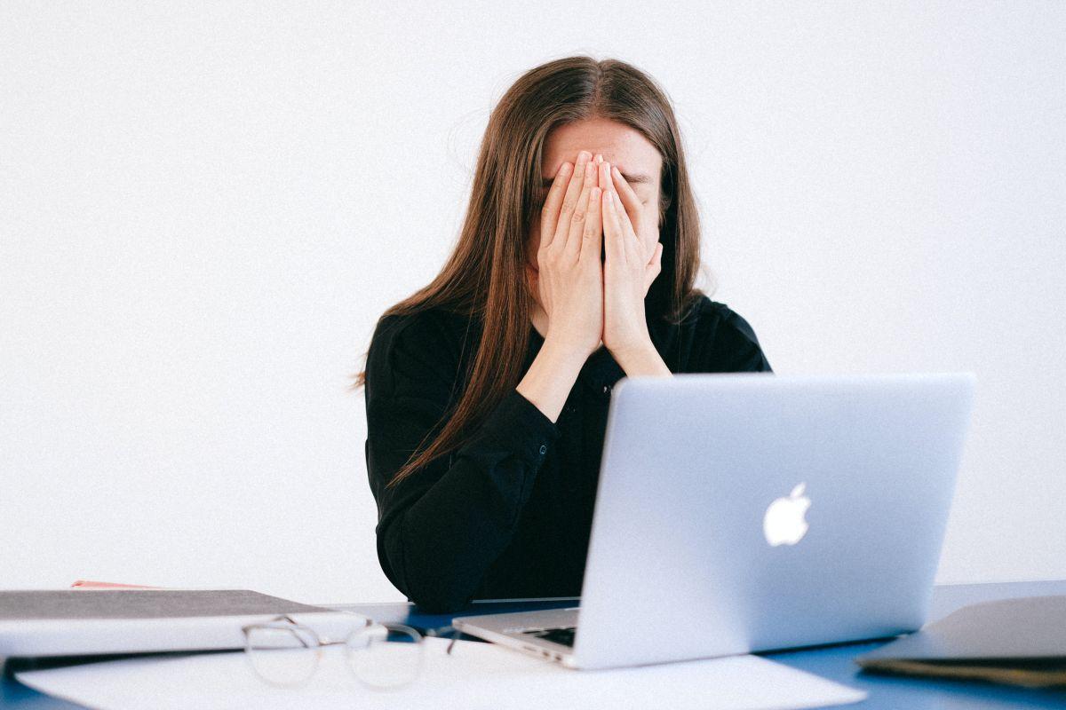 Una encuesta realizada por Gartner, Inc. a más de 5,000 empleados durante el cuarto trimestre del 2020, encontró que más de una cuarta parte de la fuerza laboral estadounidense se describió a sí mismo como deprimida como resultado de la contingencia sanitaria.