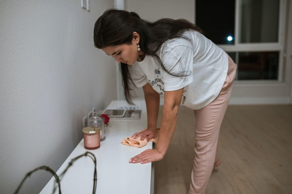 Las mujeres latinas que se desempeñan en cargos de mucamas o conserjes y solo ganan $0.61 por cada dólar pagado a un hombre blanco en la misma tarea.