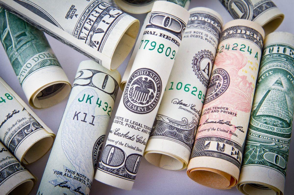 El tercer cheque de estímulo es repartido por el Internal Revenue Service.