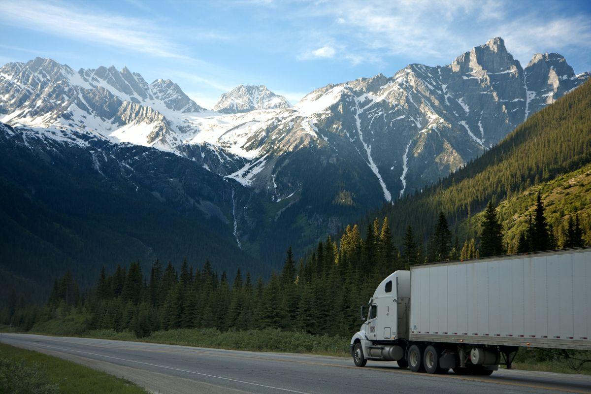 Informes recientes mencionan que debido a la pandemia, hay una escasez generalizada de conductores de camión, es por eso que muchas empresas están aumentando sus salarios para atraer a empleados más jóvenes.