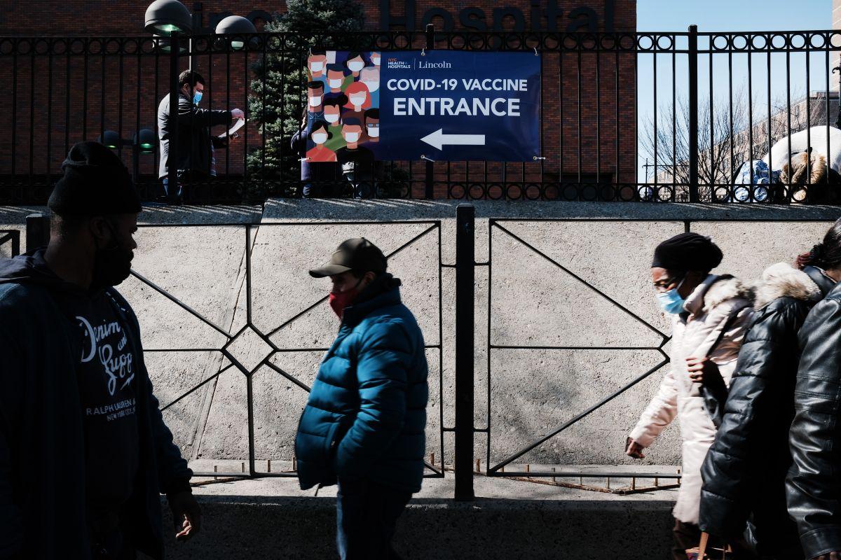 Solicitudes iniciales por desempleo vuelven a descender, pero se mantienen arriba del medio millón