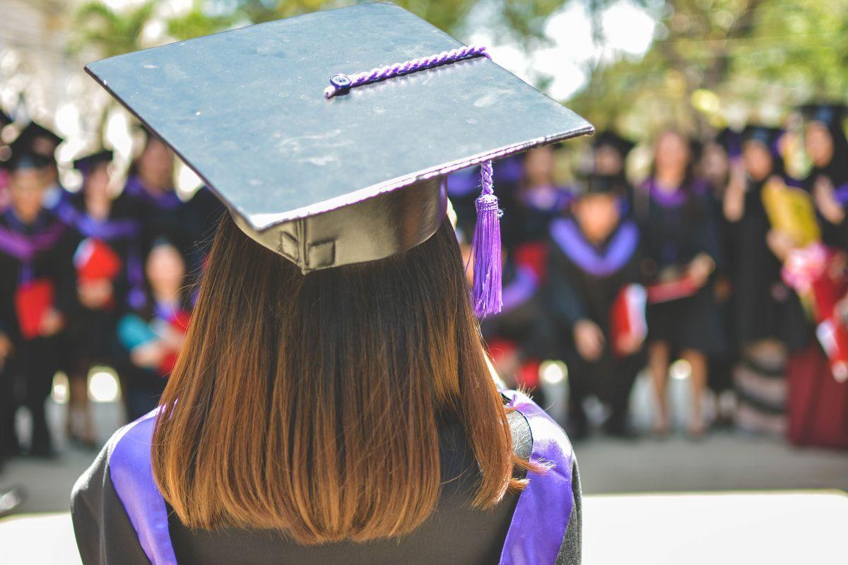 La felicidad de los recién graduados es formidable, pero les esperan responsabilidades financieras por delante.