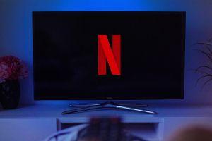 Netflix deja en suspenso sus medidas para frenar cuentas compartidas mientras cae en la bolsa