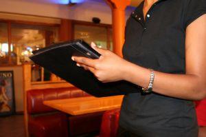 Por qué ahora les cuesta tanto a los restaurantes conseguir personal en Estados Unidos