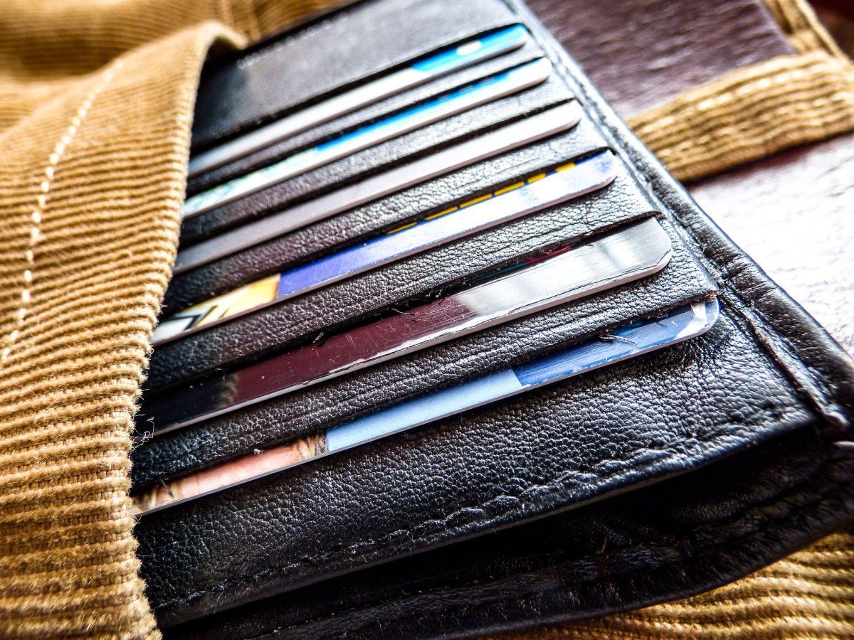 Si tienes muchas tarjetas de crédito en el bolsillo y piensas que es momento de cortar alguna, ve qué otras opciones tienes.