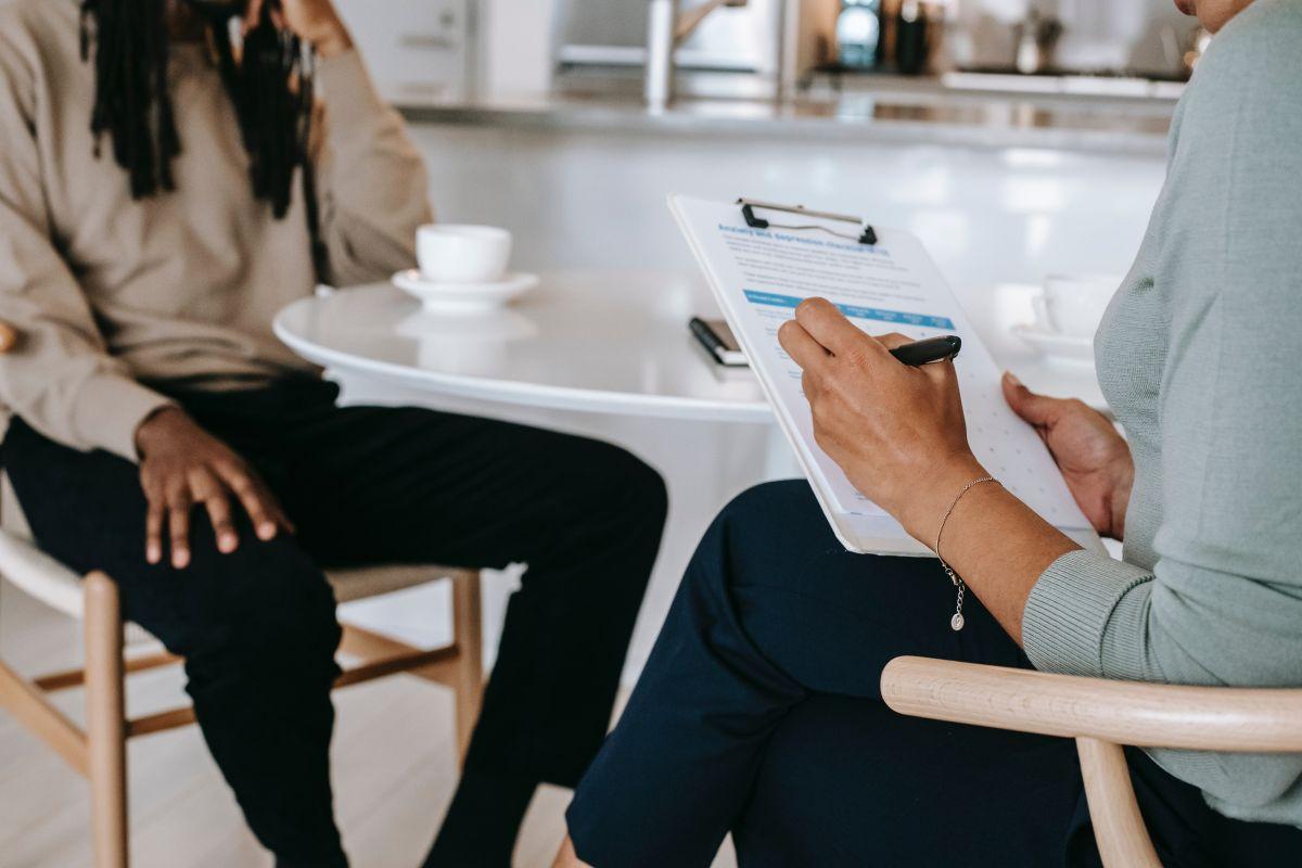 Prepara y practica tus respuestas a las preguntas comunes de la entrevista centradas en cómo cumples con los requisitos del trabajo.