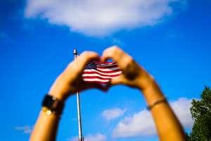 Mujer cubana logra su ciudadanía estadounidense y es aplaudida por los alumnos de la cafetería escolar donde trabaja