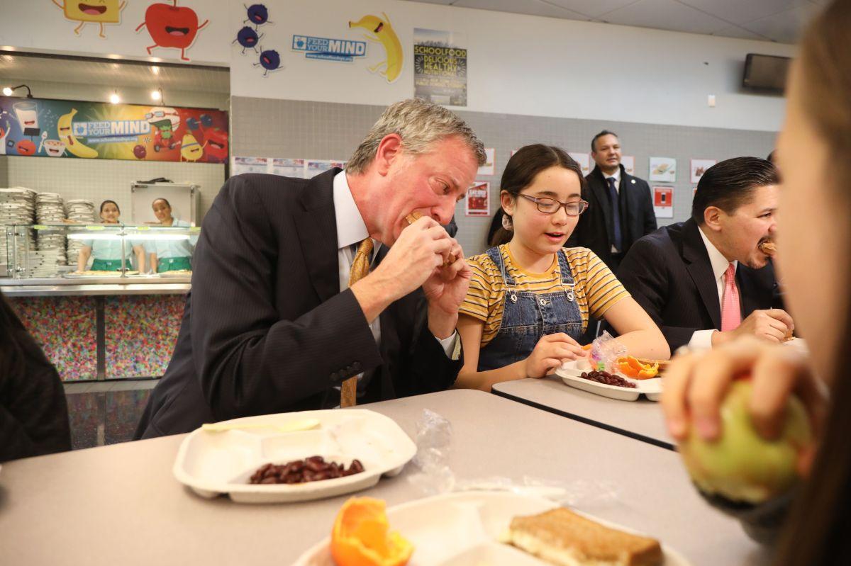 Comedor compulsivo. Es común ver al alcalde De Blasio comer en eventos públicos.