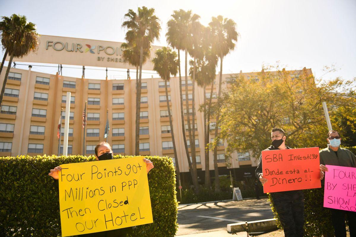 Empleados de un hotel protestan afuera de su lugar de trabajo, en Los Ángeles.