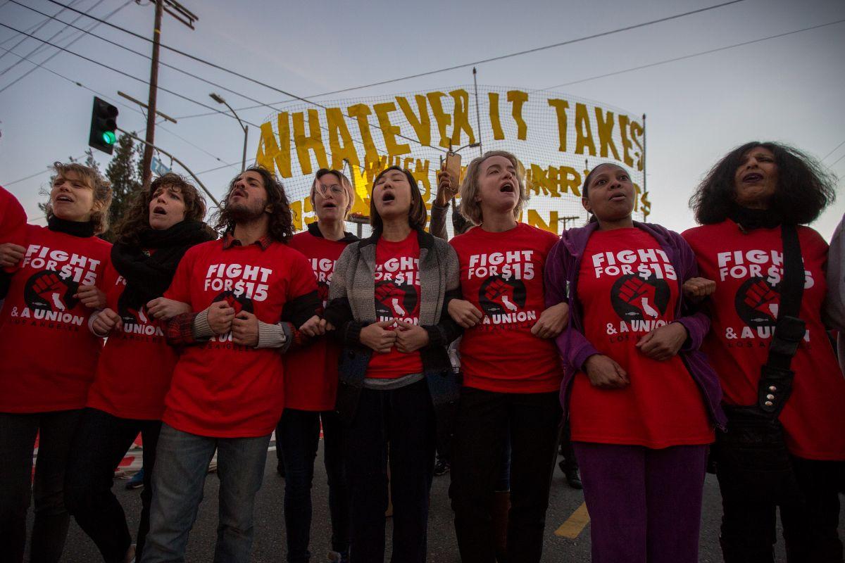 """Respaldo de Biden """"calienta"""" la lucha por un salario mínimo de $15 dólares la hora"""