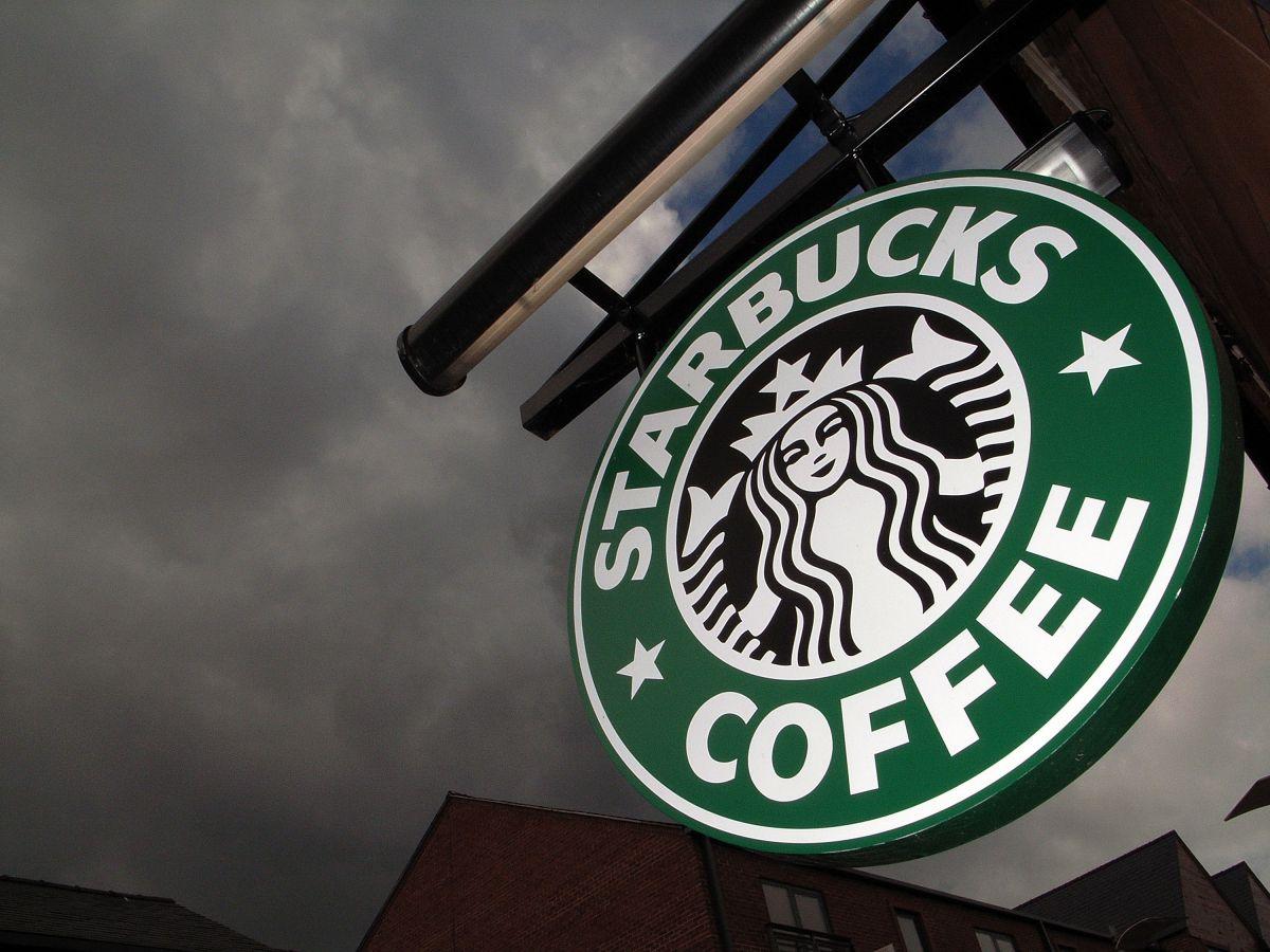 Starbucks está ofreciendo miles de vacantes en Estados Unidos.