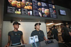 Falta de empleados: Contratar adolescentes para trabajos de verano ya no es una opción para los restaurantes en Estados Unidos