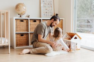 Más hombres padres podrían decidir quedarse en casa con sus hijos gracias al COVID-19, ¿esto ayuda o perjudica a la familia?