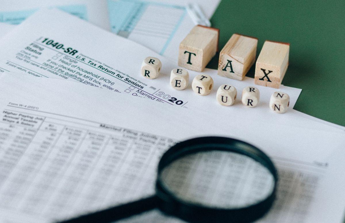 El IRS brinda una serie de recomendaciones para que evites pagar multas e intereses y recibas tu reembolso de impuestos este año.