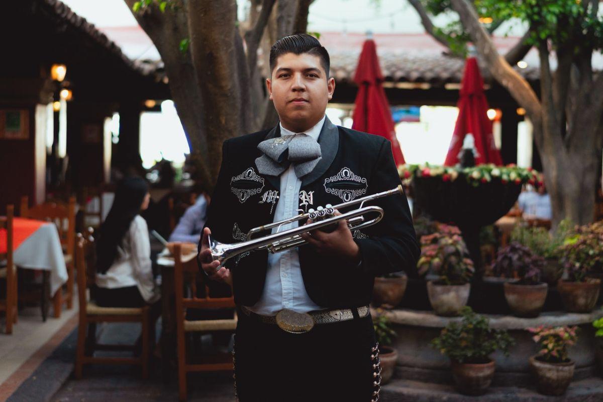 Trabajar como mariachi puede ser uno de los empleos que no te exija hablar inglés.