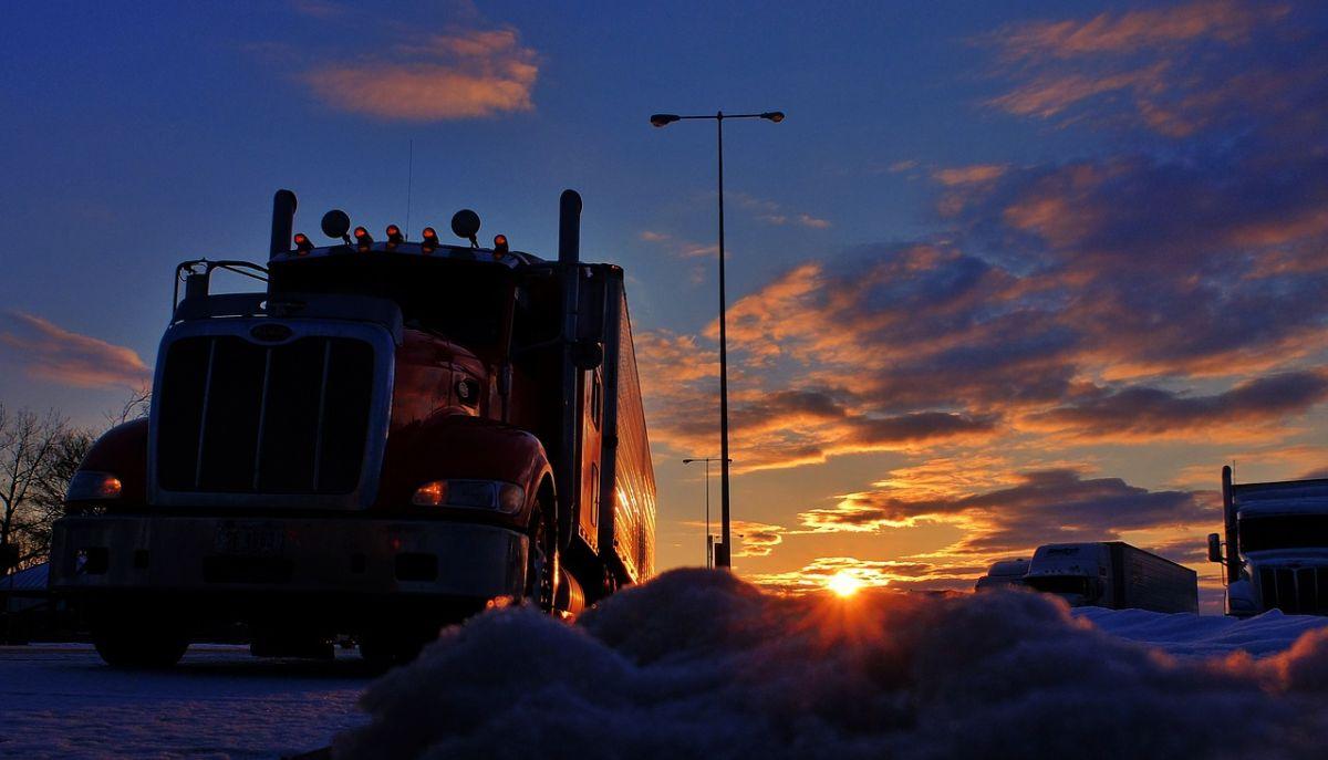 Desde hace muchos años, hay una escasez de conductores de camiones en Estados Unidos, pero con el Covid-19, la crisis se agudizó.