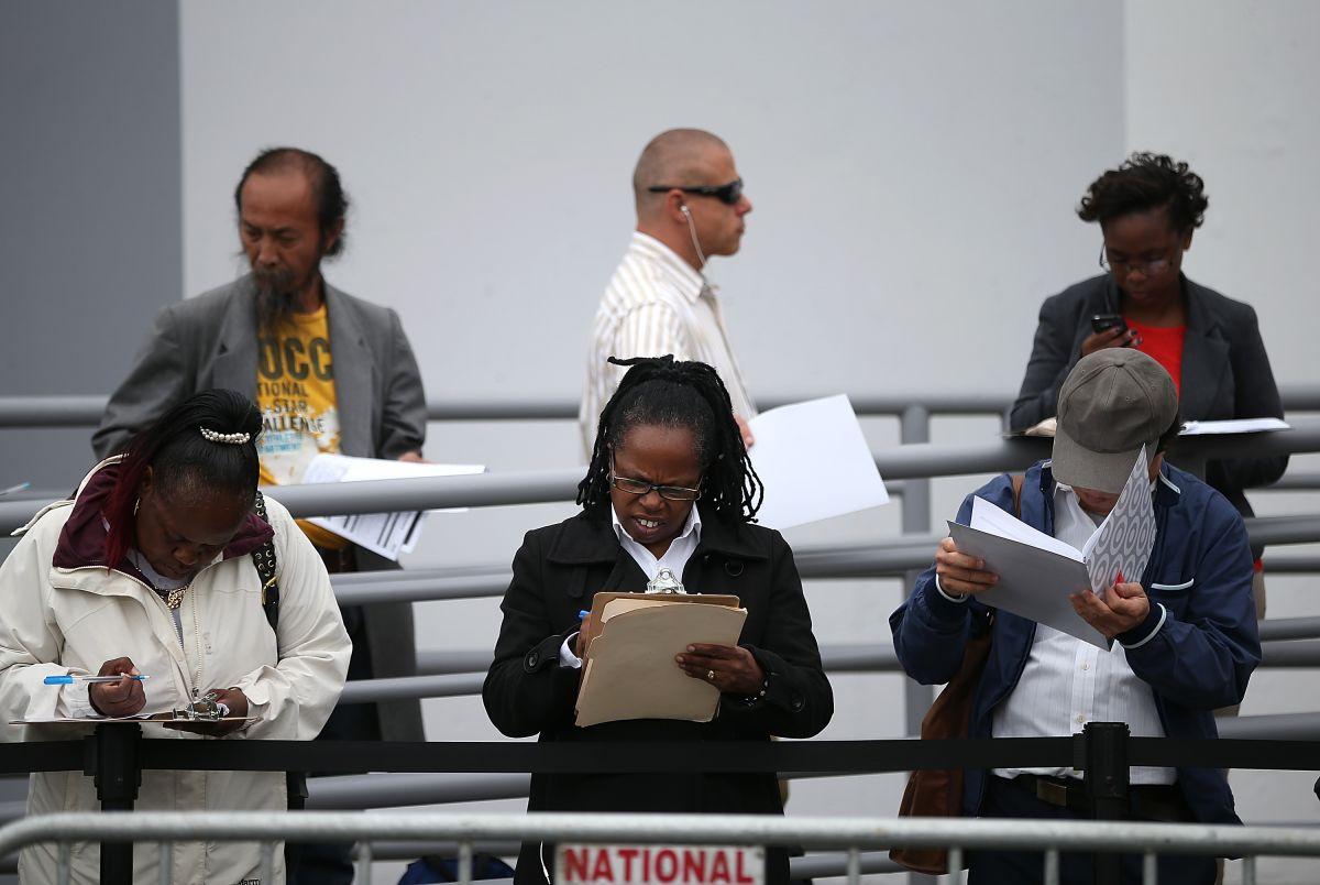 Desempleados llenan solicitudes en una feria de trabajo en California.