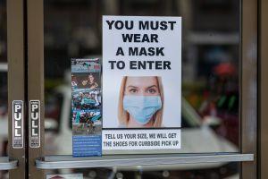 Las mascarillas serán obligatorias en los centros de trabajo de California hasta finales de junio