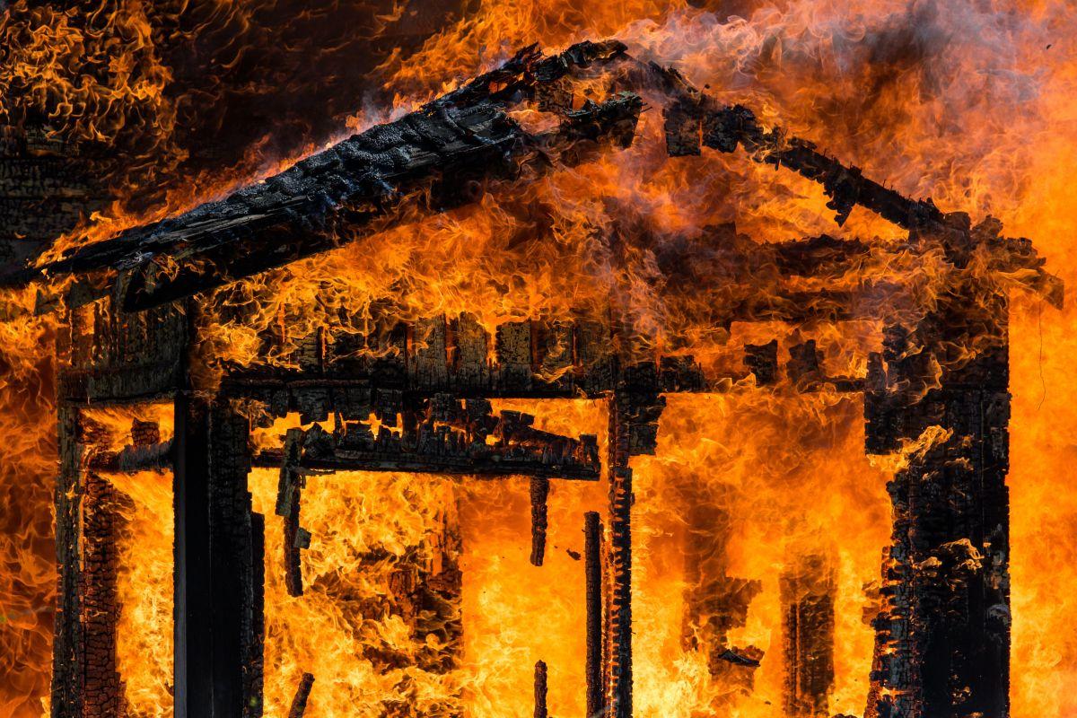 Los devastadores incendios en California generan pérdidas multimillonarias para millones de personas. Aquí los seguros que pueden ayudarte.