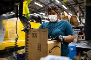 """""""Las personas son inherentemente perezosas"""": Jeff Bezos diseñó sus almacenes para que los empleados estén siempre vigilados"""