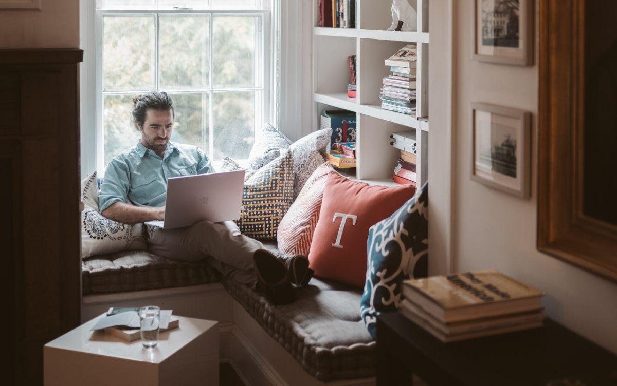 Cómo encontrar o negociar un trabajo remoto si no quieres regresar a tu oficina o área de trabajo