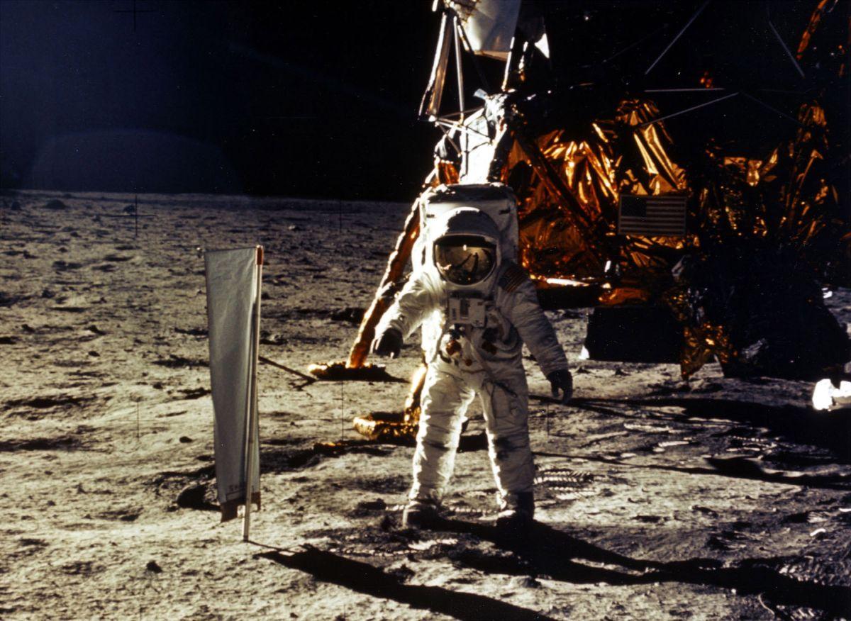 La llegada del hombre a la Luna en la misión del Apolo 11.