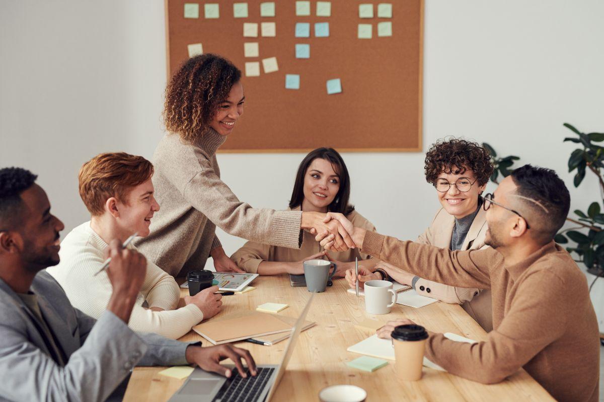 """Las redes de trabajo que generas de antiguos empleos, cursos o diplomados te pueden permitir encontrar ofertas en el mercado laboral """"oculto""""."""