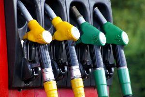 Precio de la gasolina: cuántos litros de combustible puede comprar un estadounidense con un sueldo promedio
