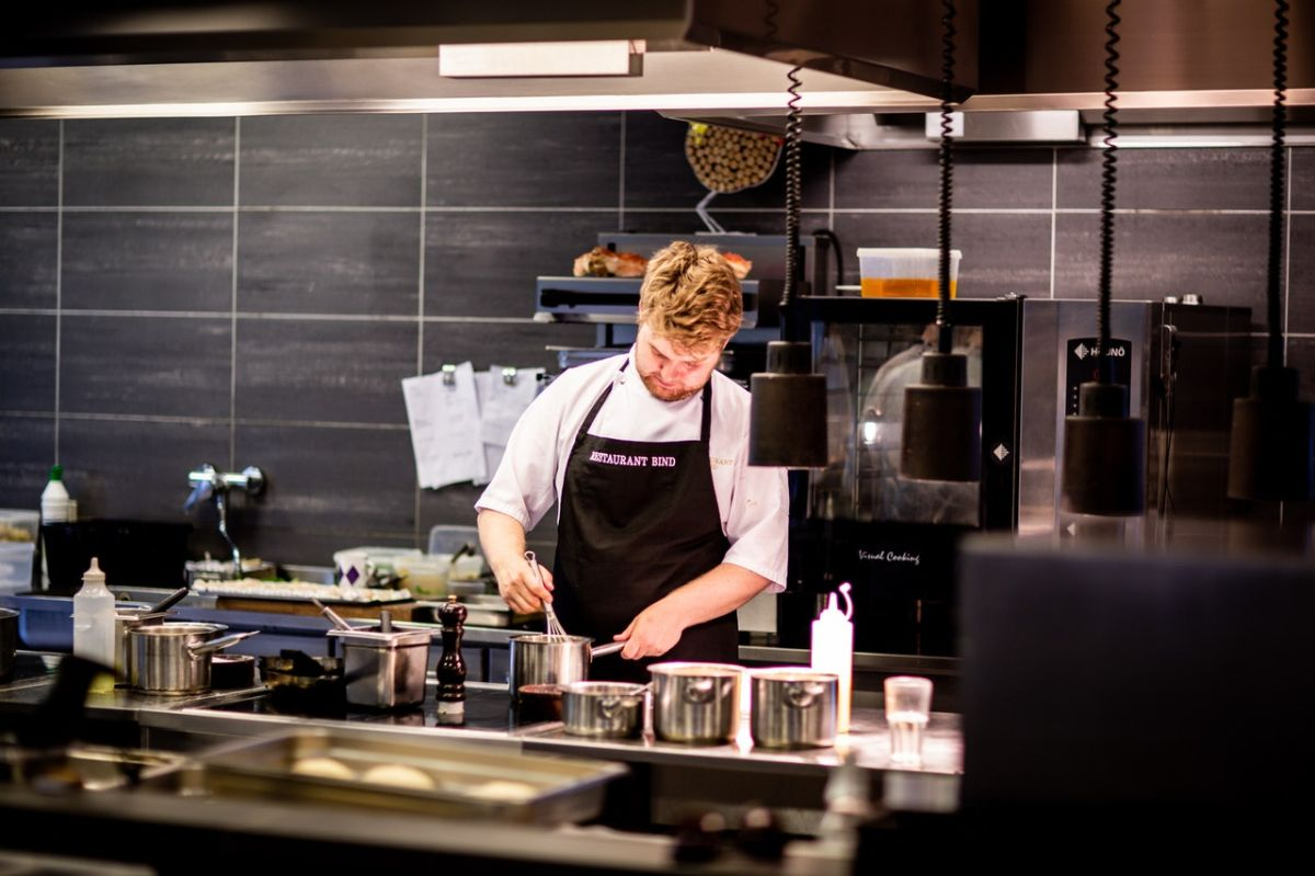 La industria restaurantera ha sido la más golpeada por la falta de empleados.