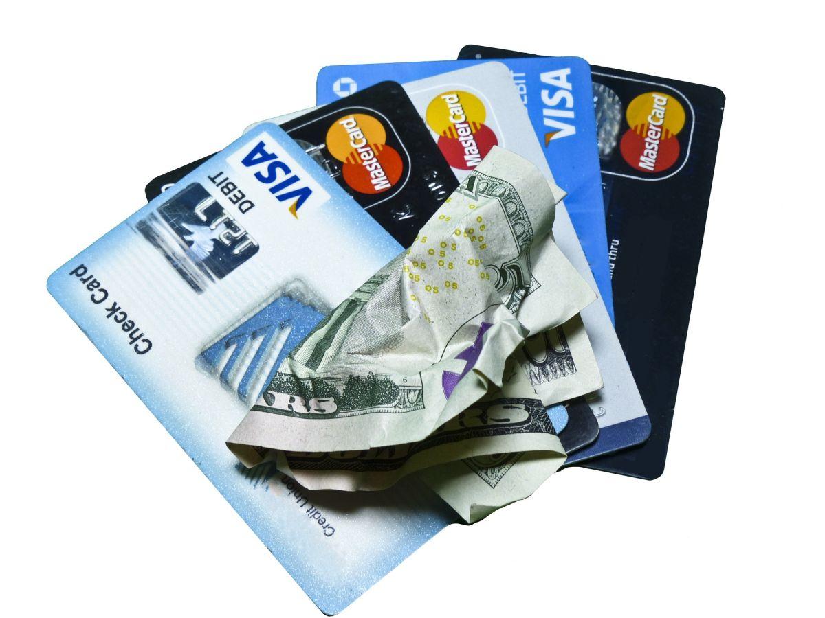 Se incrementa el consumo en tarjetas de crédito.