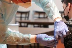 Coronavirus: IRS habilita licencias laborales pagadas para que acompañes a un familiar a darse la vacuna o cuides a uno luego de dársela