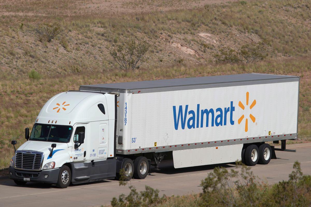 Walmart quiere ofrecer 20,000 nuevos puestos de trabajo, y algunos de ellos son como conductores de camiones de carga.