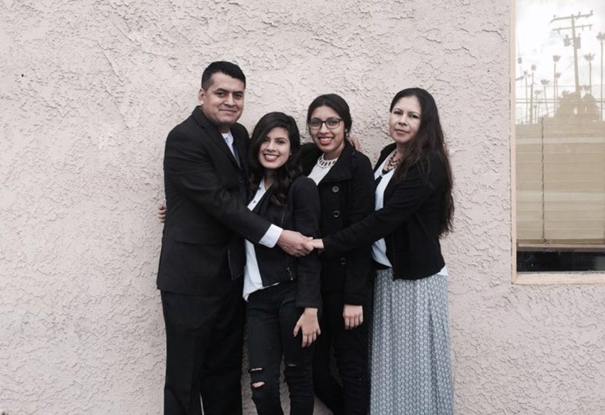 Fundadores del restaurante Cuernavaca's Grill en Los Ángeles, California. Nayomie y su padre Marcos con el resto de su familia fueron de los primeros beneficiados con el programa de PepsiCo.