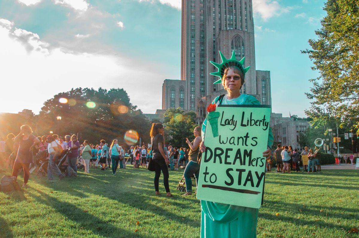 Los inmigrantes indocumentados que llegaron desde niños, conocidos como dreamers, serían beneficiados con esta propuesta.