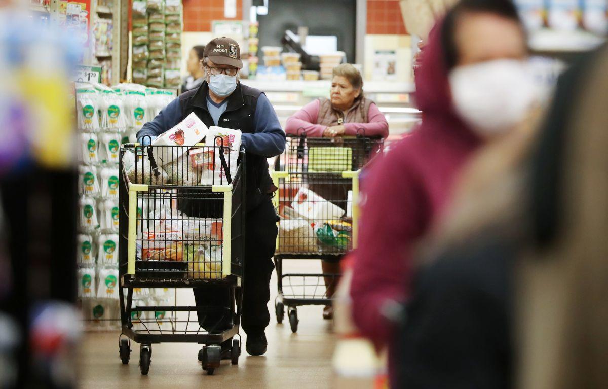 La inflación le está afectando a las familias de escasos recursos, debido al alza de precios. (Foto por Mario Tama/Getty Images)