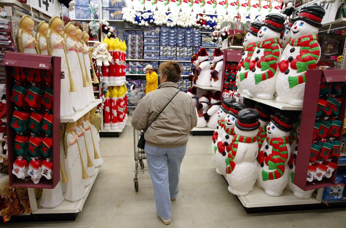 Cientos de tiendas minoristas están buscando empleados para la temporada navideña, en medio de una importante escasez de empleados en diferentes industrias. En Walmart está buscando a más de 20,000 empleados para la temporada navideña. (Foto por Tim Boyle/Getty Images)