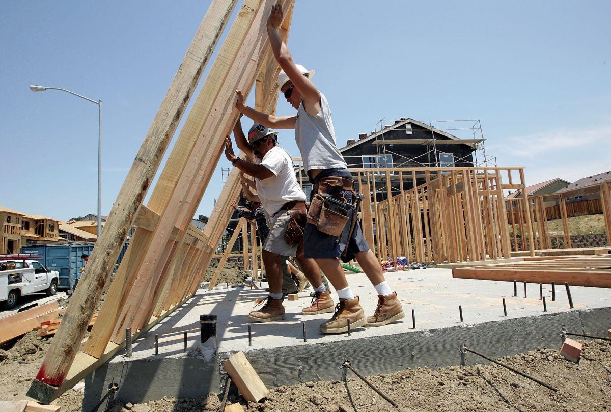 Los latinos trabajan largas jornadas laborales en Estados Unidos, según un estudio. (Foto por Justin Sullivan/Getty Images)