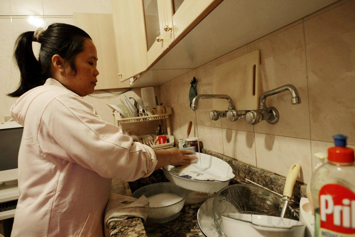 Las empleadas domésticas y las niñeras tendrán derecho a un contrato laboral por escrito a partir de enero de 2022. (Foto por JOSEPH EID/AFP via Getty Images)