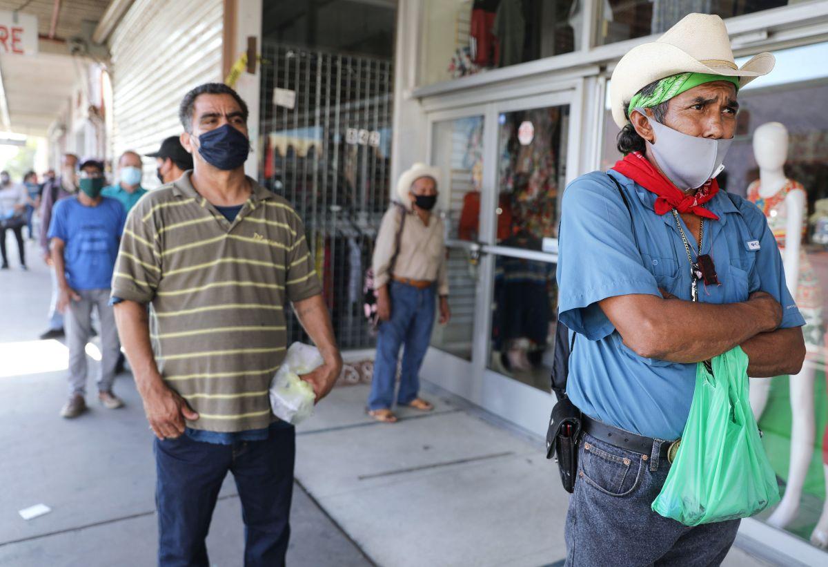 Se mantienen las largas filas en los departamentos del trabajo locales para solicitar el seguro de desempleo.