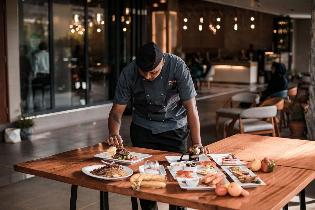 Los trabajadores de la industria de los restaurantes suelen tener bajos salarios, por lo que hay un movimiento que te paga por luchar por mejores condiciones laborales.