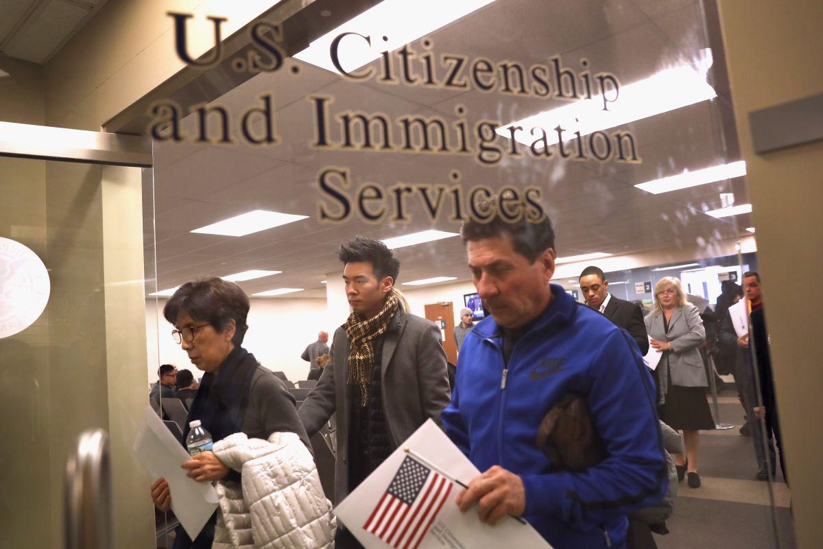Los residentes permanentes condicionales no deberían tener problemas de inmigración comprobando su trámite de residencia legal permanente.