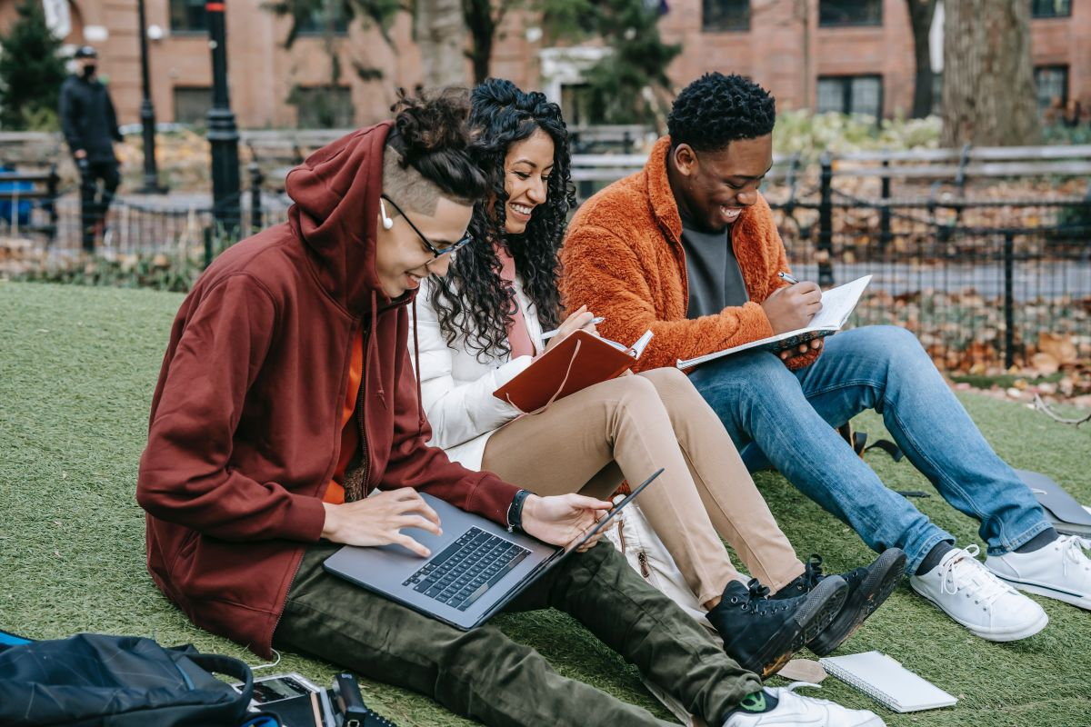 Para aplicar a una beca Pell o a cualquier otra ayuda para la universidad, es necesario que llenes la solicitud de FAFSA.