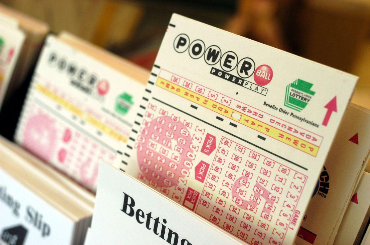 En Estados Unidos hay fiebre por la lotería, sin embargo, los expertos aseguran que no es una buena decisión financiera ya que las posibilidades de ganar son muy bajas.  (Foto por William Thomas Cain/Getty Images)