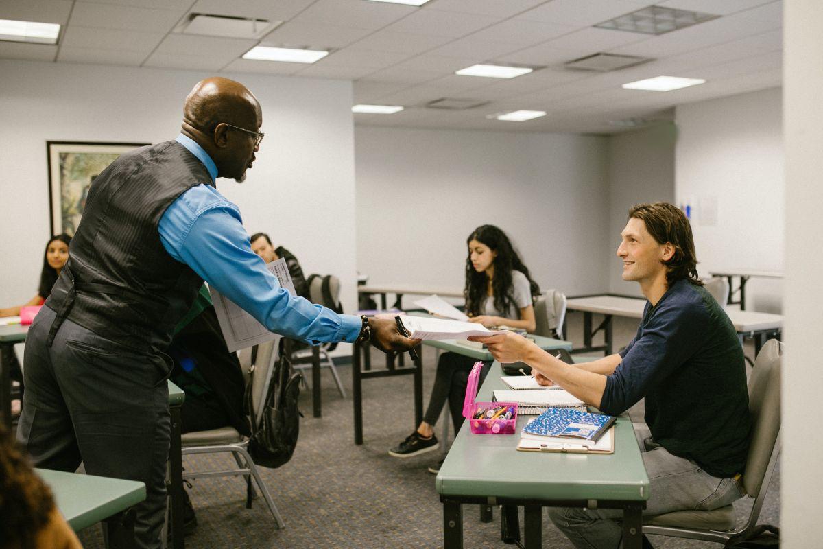 Tanto alumnos como maestros con un préstamo estudiantil vigente podrían ser elegibles para la condonación de su deuda estudiantil.
