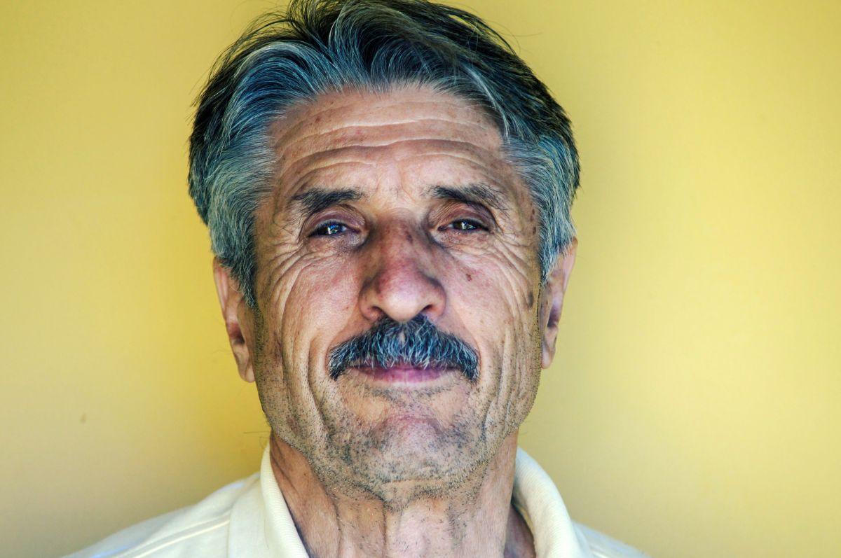 Al llegar a los 65 años de edad las personas deberían inscribirse a Medicare para tener servicios de salud asequibles.