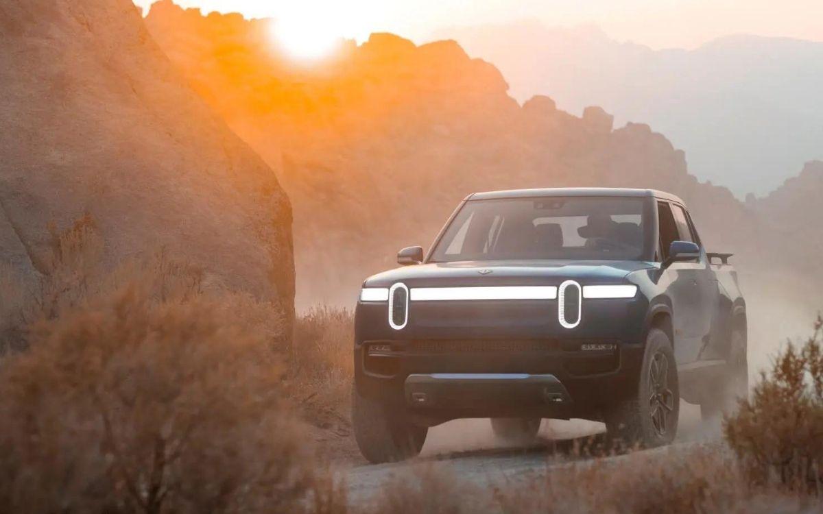 La Rivian R1T 2022 ha recibido excelentes críticas tras las primeras pruebas de manejo y se adelantó a Ford, General Motors y Tessa como la primera pickup 100% eléctrica en el mercado.