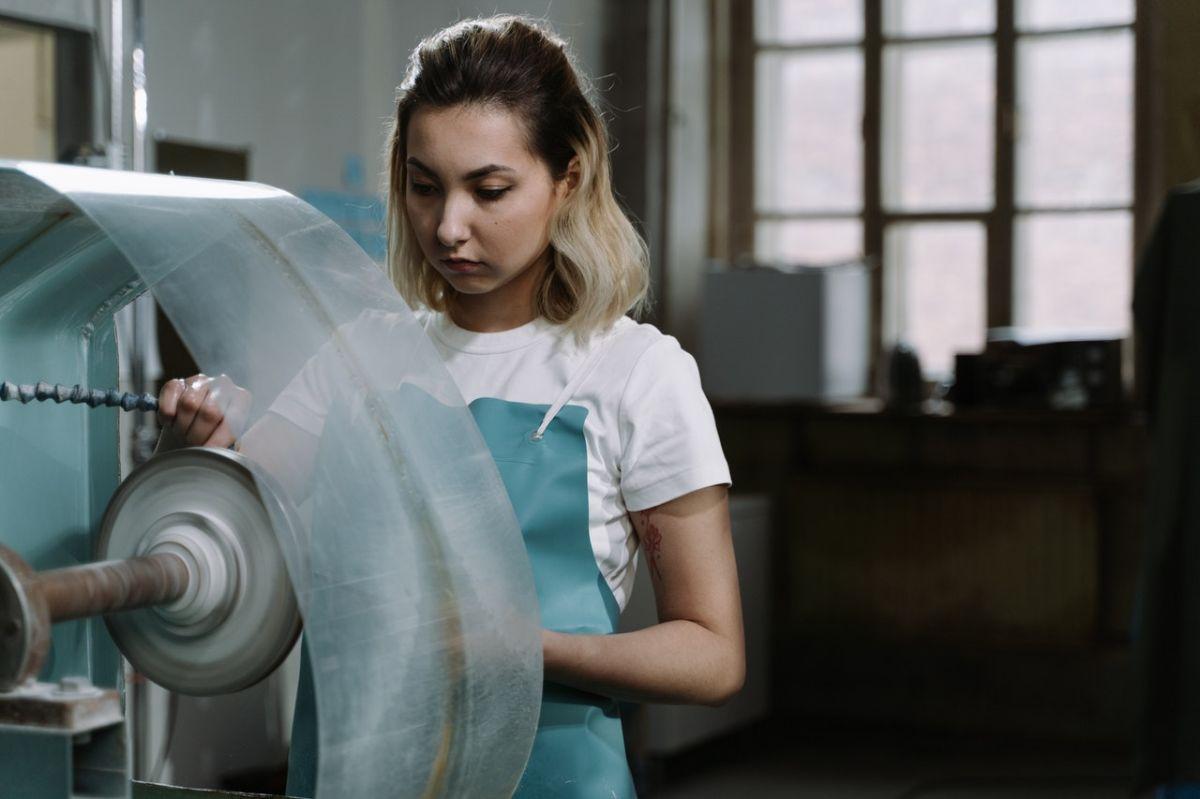Una empresa en Estados Unidos está solicitando a   una persona que sepa manejar una máquina de vidrio. Ofrecen atractivos beneficios, incluyendo los papeles de trabajo.