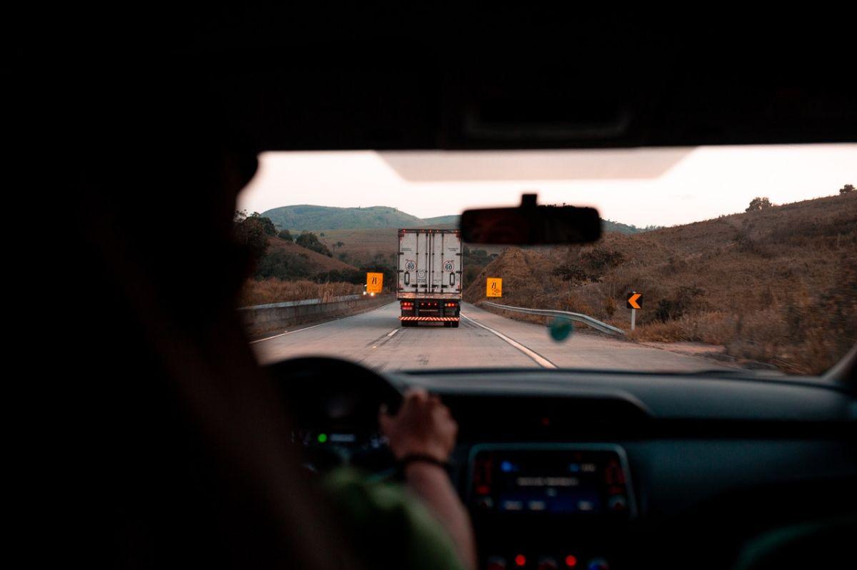 Los conductores de camiones están escasos en Estados Unidos, es por ello que diversas empresas están ofreciendo empleos bastante bien remuenerados.